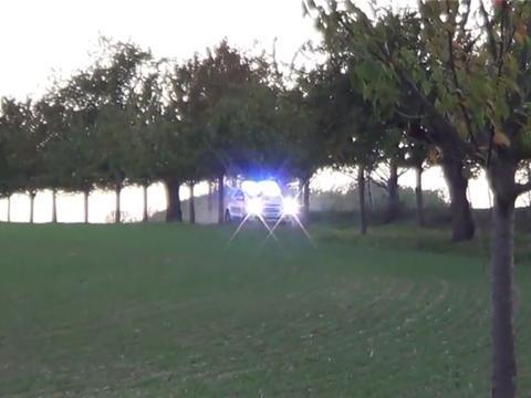"""美国最""""闪""""警车,配爆闪灯、警示灯,对向车辆得靠边停车让路"""