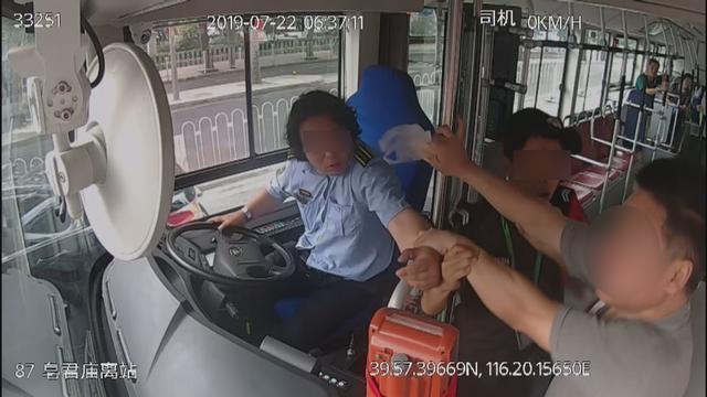 男子下车遭拒抢方向盘并辱骂公交司机 被警方刑拘|抢方向盘|刑拘