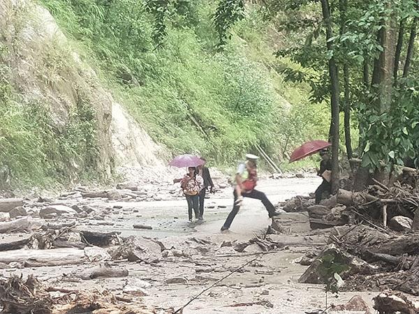 一家四口被山洪困住 民警独自冲进泥石流路段救出|山洪|泥石流