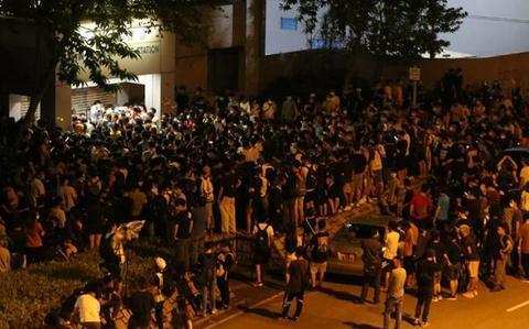 被千名示威者包围 香港警长只身踏出警署只为救人|香港警方|暴力