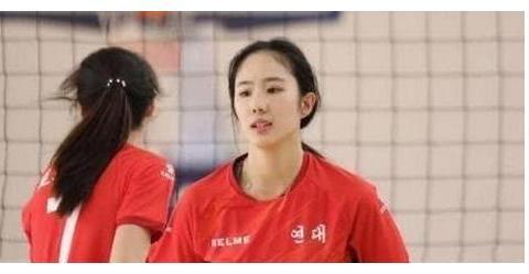 中国女排又出美女新队员,长相秀丽,身材苗条,引众人注意