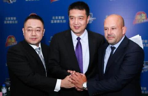 如何评价闵鹿蕾和雅尼斯两名北京首钢的主教练,网友热议一针见血