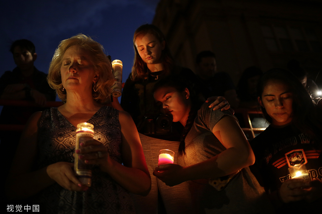 當地時間2019年8月3日,美國得克薩斯州埃爾帕索,當地民衆參加守夜活動,悼念槍擊案遇難者。圖源:視覺中國