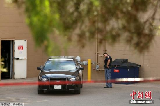 """3日,得克薩斯州州長格雷格·阿博特在記者會上表示,該州埃爾帕索市購物中心槍擊事件造成20人死亡。他說:""""埃爾帕索市20名無辜者失去了生命。""""另據埃爾帕索市警察局長格雷格·艾倫補充稱,受傷人員爲26人。圖爲警方封鎖現場。"""