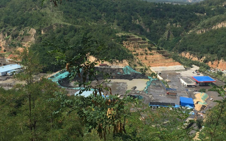 从山腰俯瞰下的永兴洗煤厂全景。 新京报记者 张胜坡 摄