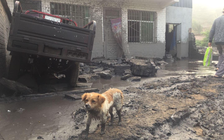 8月2日,一户村民的院墙被冲倒后的场景。 新京报记者 张胜坡 摄