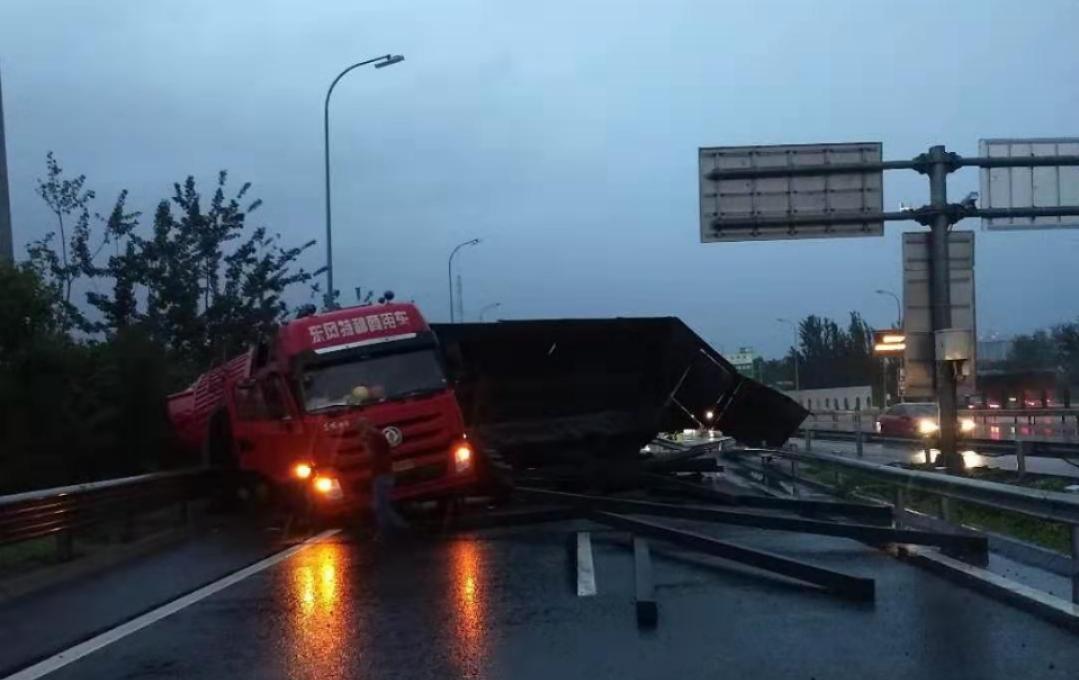 京新高速进五环匝道卡车侧翻堵路 预计10点恢复|京新高速|匝道