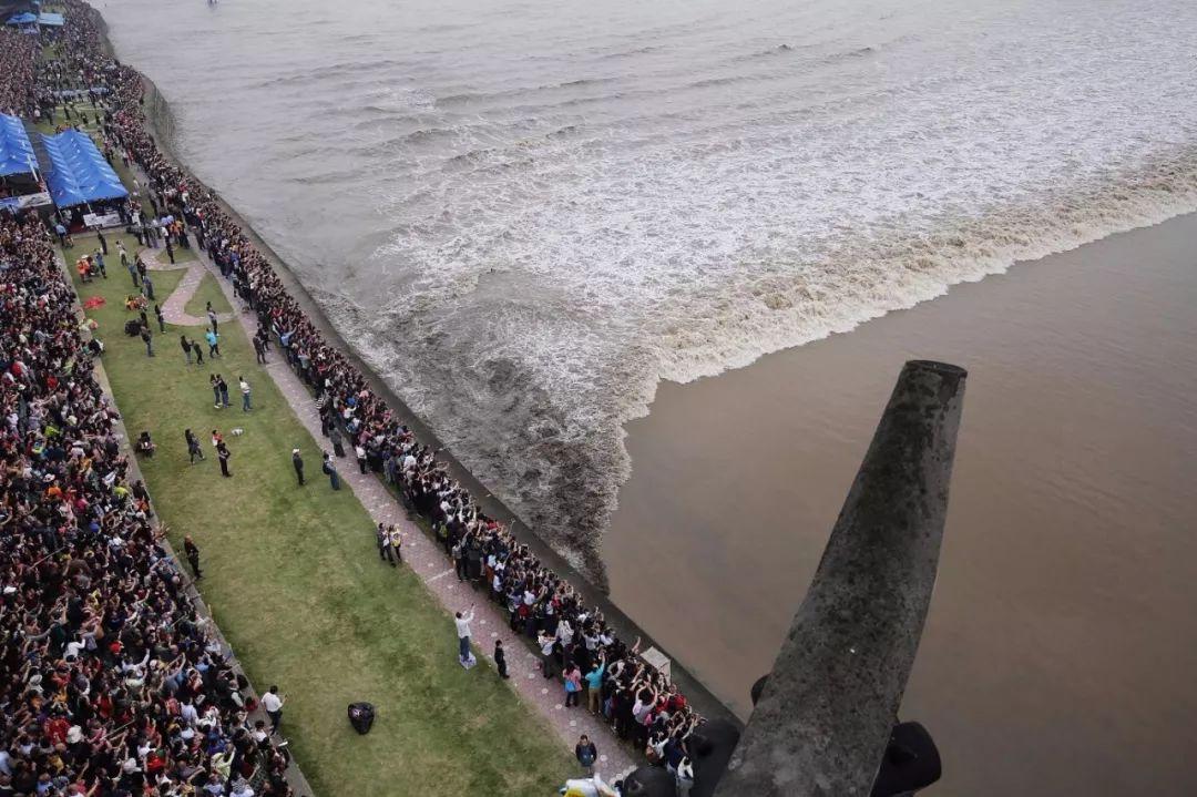 多名钱塘江观潮游客被淹没:潮水只可远观不可近玩|海宁