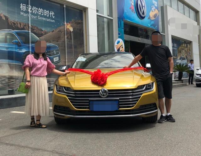 年轻夫妇花28万买大众CC,七夕提车,靓车配才子佳人让人羡慕