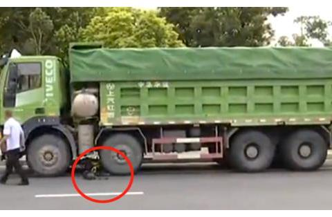男子骑电动自行车惨遭工程车碾压,抢救无效死亡目击者:车速很快