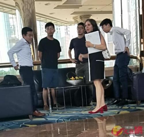 黃之鋒(左二)、羅冠聰(右三)等人正與Julie Eadeh(右二)密謀。圖片來源:香港大公文匯全媒體記者攝
