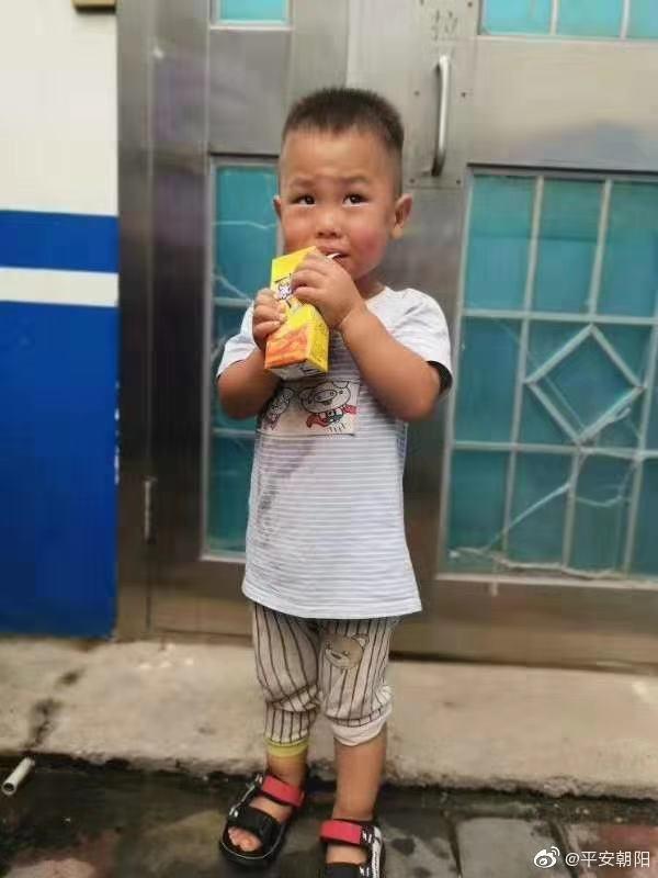 北京朝阳走失幼童的爸爸找来了 警方正核实其身份|北京