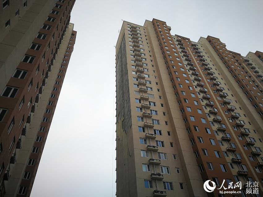 北京一高层住宅楼墙皮大面积脱落 无人员伤亡