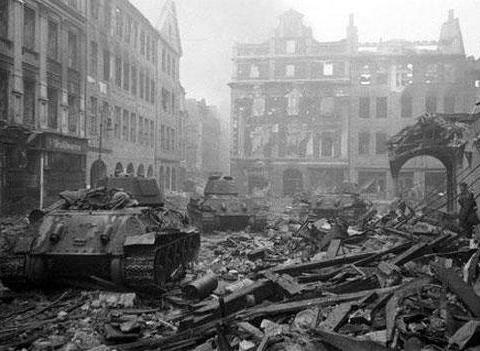 1发炮弹六百斤重 士兵搬不动用吊车装填 一炮将一栋楼夷为废墟