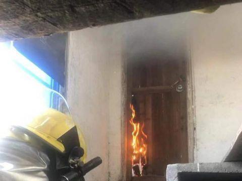 民房楼顶起火 浈江消防火速救援