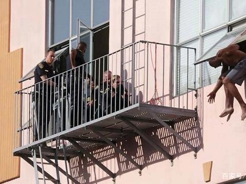 男子犯错后企图跳楼自杀,危急时刻警方出动猫咪,结果……