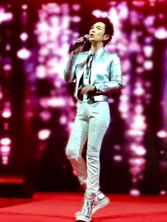 顶级歌手潘美辰晒近照,中性风格受争议32年,51岁不惧流言仍单身