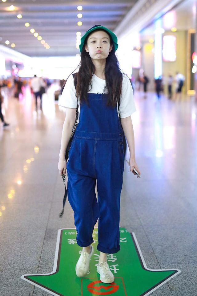 31岁倪妮真会穿,老爹背心配少女背带裤时髦又减龄,伪素颜很惊艳