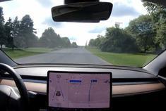 视频:特斯拉 Model 3 AP 辅助驾驶,在没有车道线的马路上运行