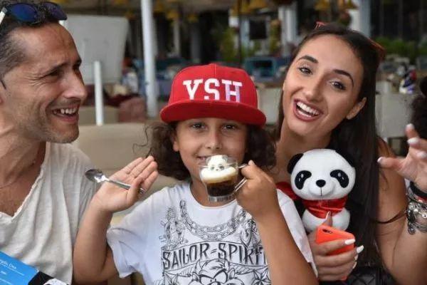 ▲那不勒斯居民在中国·成都咖啡馆(那不勒斯快闪店)品尝熊猫咖啡。