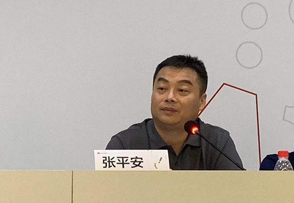 华为终端云服务总裁张平安在接受记者采访