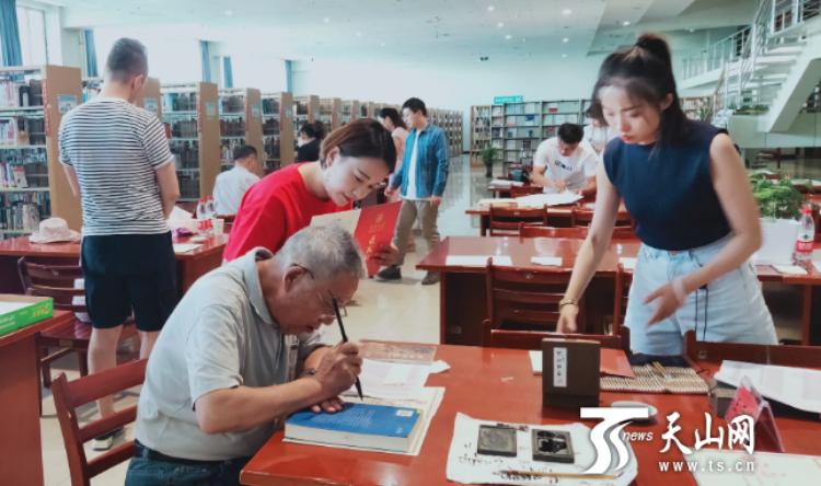 新疆大学老教师手写录取通知书,墨香传递师者期望