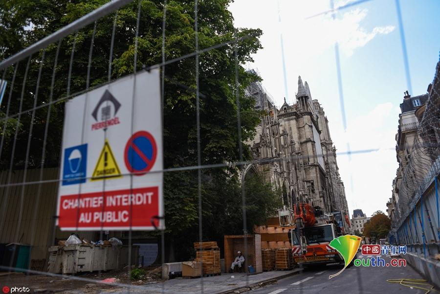 """巴黎圣母院铅污染致民众""""血铅""""超标引恐慌 工作人员进行净化消毒"""