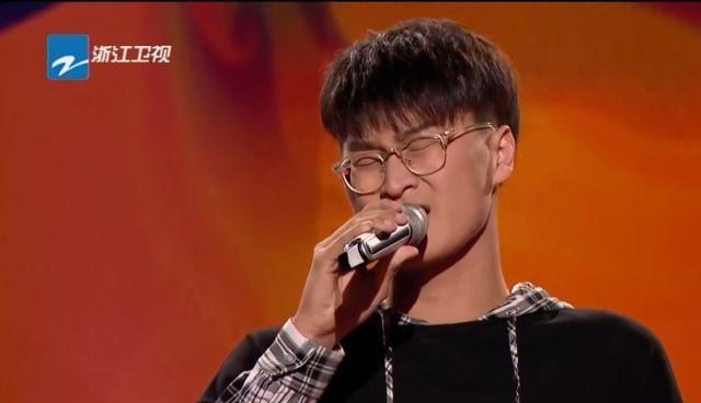 李荣浩转身惊奇发现学员在按人中,由博文:紧张的受不了!