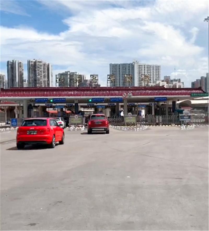 """770万库里南现广东,全车""""探戈红"""",车牌白字黑底,数字7个7"""