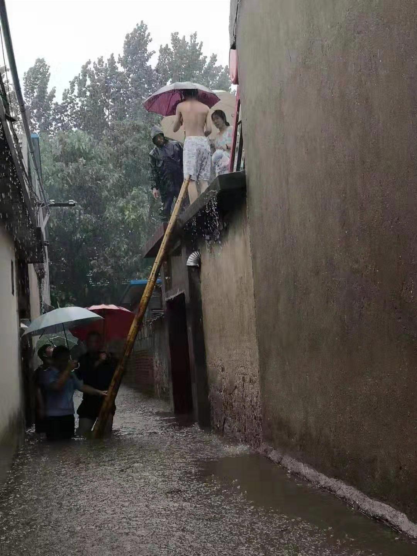 山东淄博一地段水深达2米2住户被困 民警协助撤离|被困人员