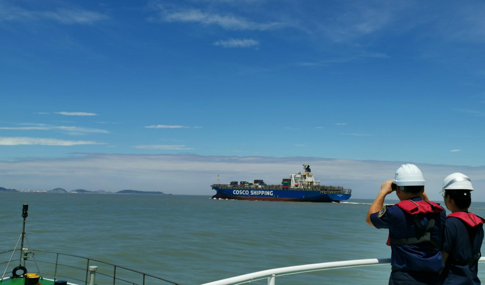 台风过后,洋山港迎来第一艘大型集装箱船进港