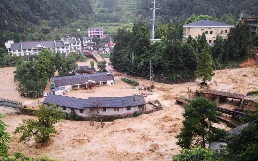 杭州临安突发山洪泥石流 救援队徒步前往救援