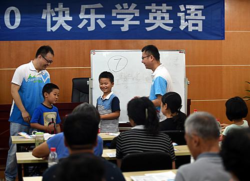 杭州的志愿者在杭州东山弄社区教居民学英语。(新华社)