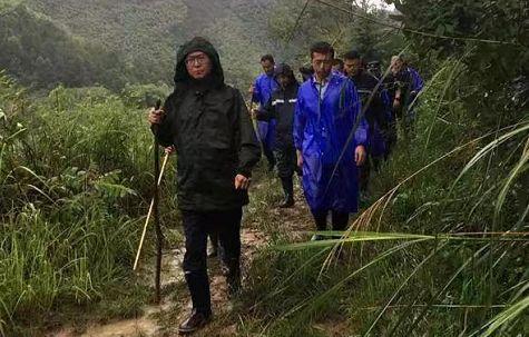 洪水中的山早村:浙江省委书记徒步赶到,连夜奋战打通交通