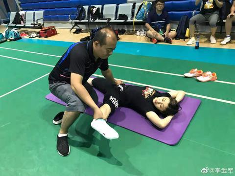 陈梦与男队医训练,姿势不雅引争议,网友:怪不得奥运村放安全套