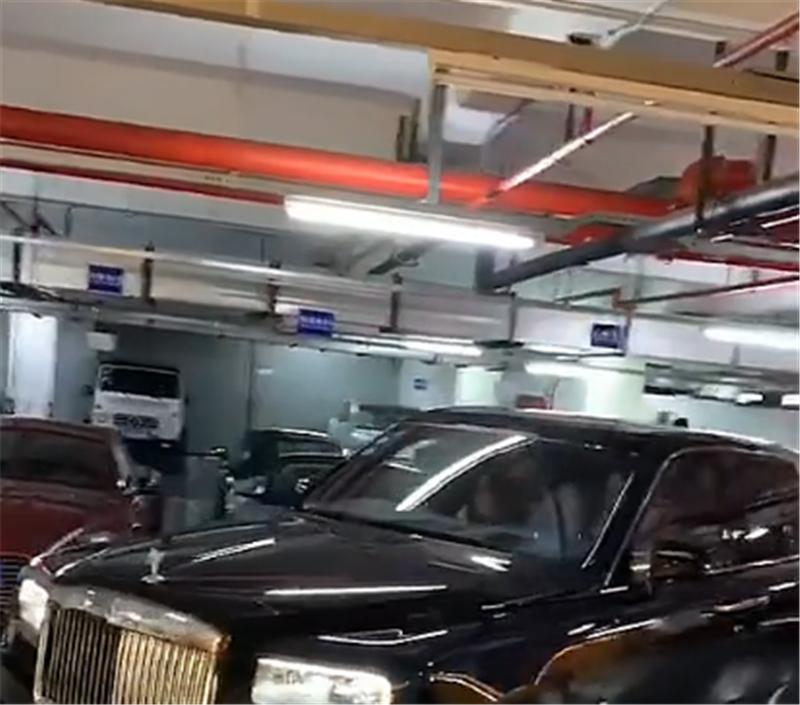 王思聪开库里南倒车,车价610万沪E牌,技术娴熟,副驾坐网红