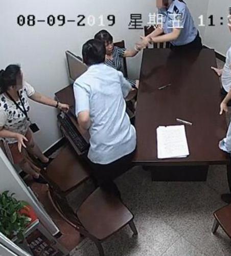 太嚣张了!抓、咬、拍桌辱骂法官法警,广州一女子大闹法庭