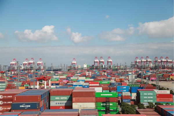 """""""利奇马""""过后国际船舶扎堆 上海港外高桥边检开足窗口应对出入境高峰"""