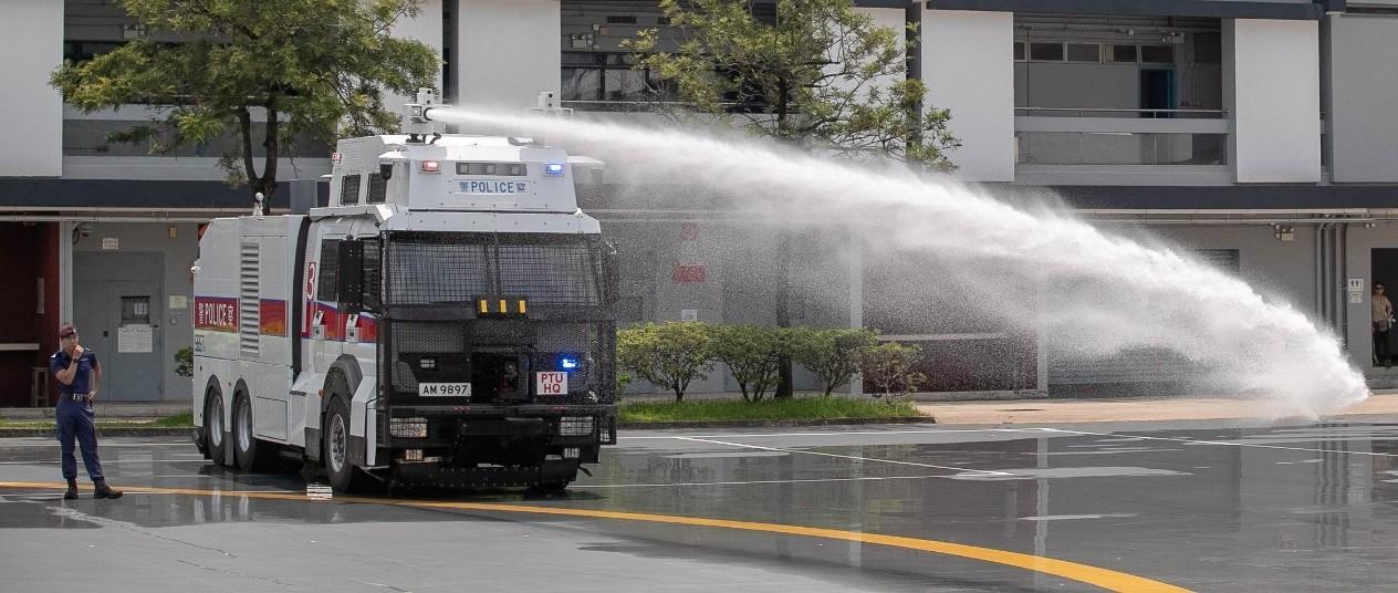 """香港警方""""水炮车""""终于亮相!反对派现场捣乱遭何君尧怒斥"""