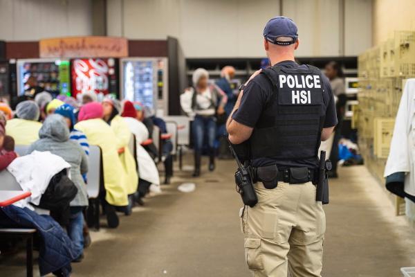 """當地時間2019年8月7日,美國密西西比州,美國入境和海關執法局(ICE)對該州6個城市的7個地點進行搜查,最終逮捕了680人,並稱這些人爲""""非法移民""""。 IC 圖"""