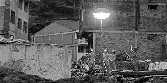 台风利奇马:村支书救出邻居六口 却没能救回母亲|山洪|洪水