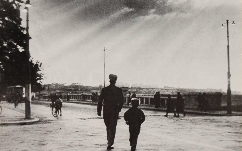 《偷自行车的人》   《父子》   《了不起的狐狸爸爸》   新京报日签栏目选出八部讲述父子情的知名电影,截取其中经典的背影画面,你能猜出它们各出自哪部影片吗?