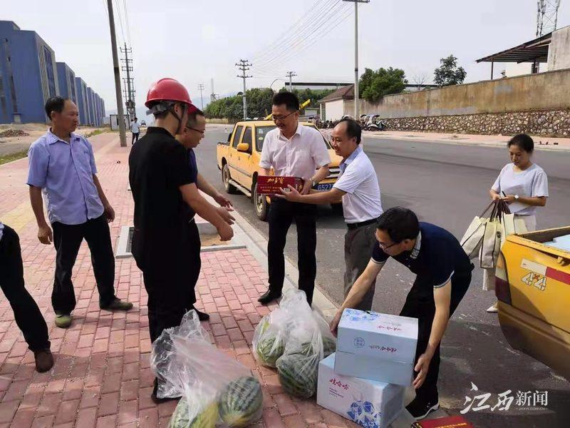 炎炎夏日斗酷暑,万载县委县政府领导慰问电力一线员工
