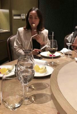 女星吃相谁最优雅?王棠云用刀叉吃水果获赞淑女