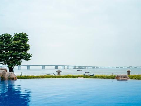 厦门这家酒店厉害了,无边泳池眺望集美大桥,还有天然温泉水乐园