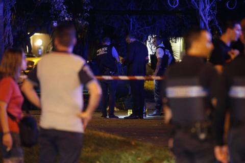 法国一流浪汉欲持刀自尽 警察制止过程中将其击毙|流浪汉