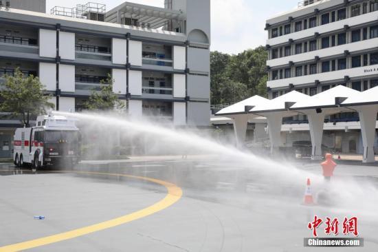 香港警方首度示范水炮车 20米及30米处可射退道具|香港