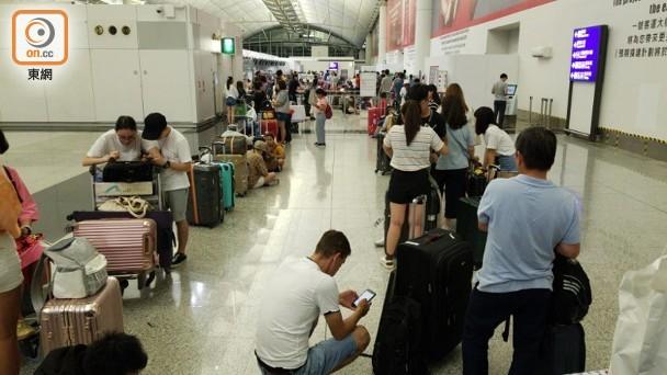 13日早晨,有旅客陆续办理登记手续 图源:东网