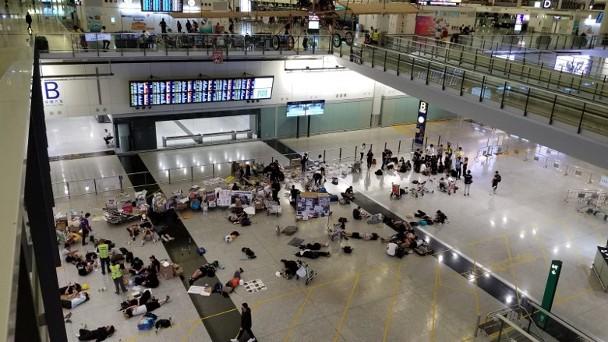13日凌晨,部分示威者在接机大厅留守 图源:东网