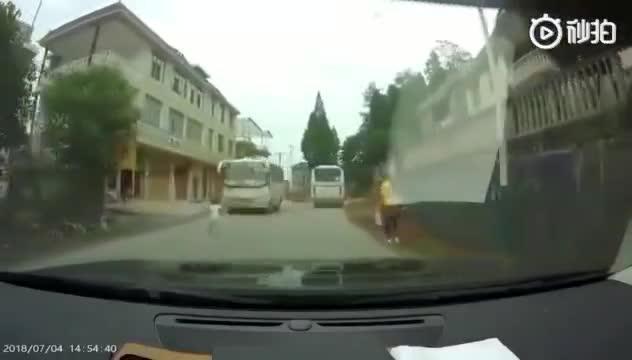 孩子突然横过马路,险被客车撞到,家长有一定责任!